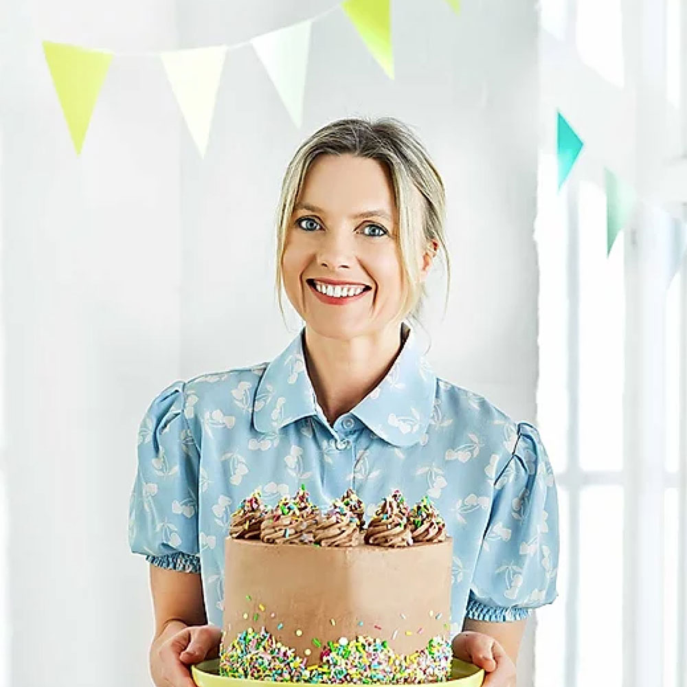 Juliet sear with a cake